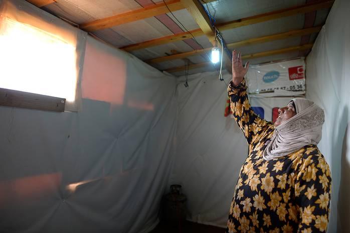"""Libanon, hösten 2015. """"Det tog oss en månad att bygga vårt hus. Nu har vi bott så här i snart fyra år"""", berättar Dahwe Faraj, 45 år. Foto: URBAN ANDERSSON"""