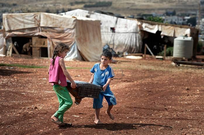 """""""Regeringen sa att våra barn skulle ansöka om att gå i de statliga libanesiska skolorna. Men ingen har fått plats där och även om de fick det så skulle vi inte ha råd med skolskjuts"""", säger sjubarnspappan Walid Auad. Foto: URBAN ANDERSSON"""