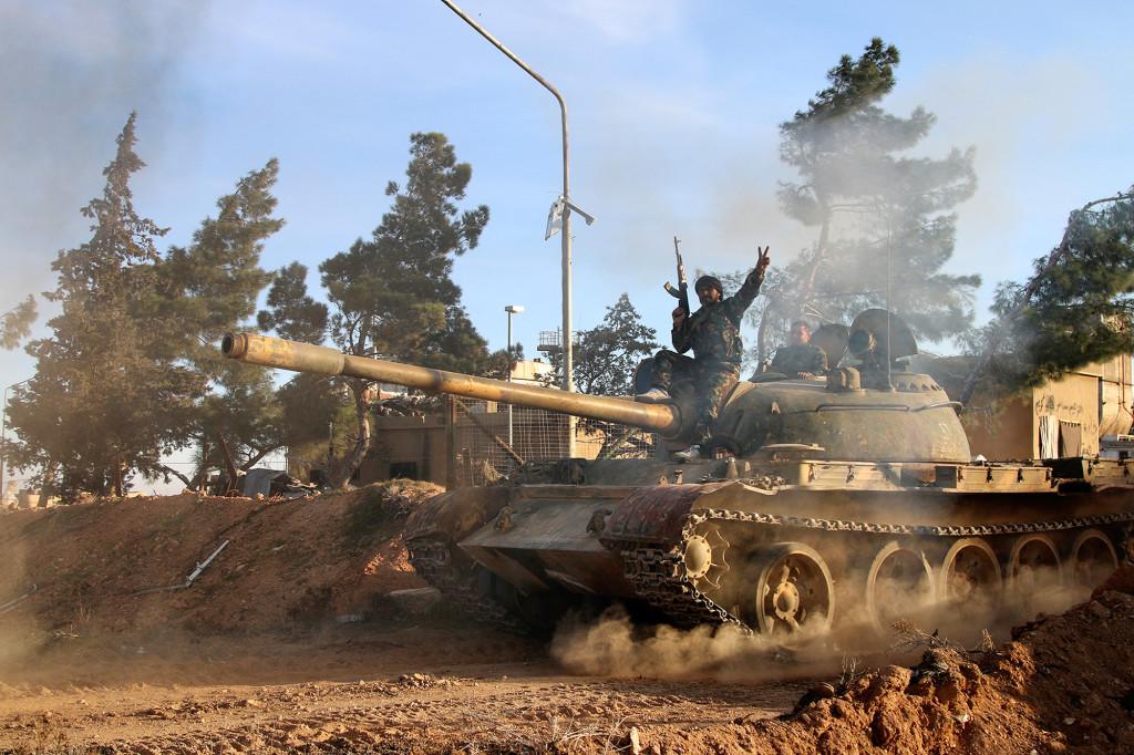 Raqqa, februari 2016. En frivillig soldat för regimen sitter på en stridsvagn. Kriget fortsätter. Foto: AP